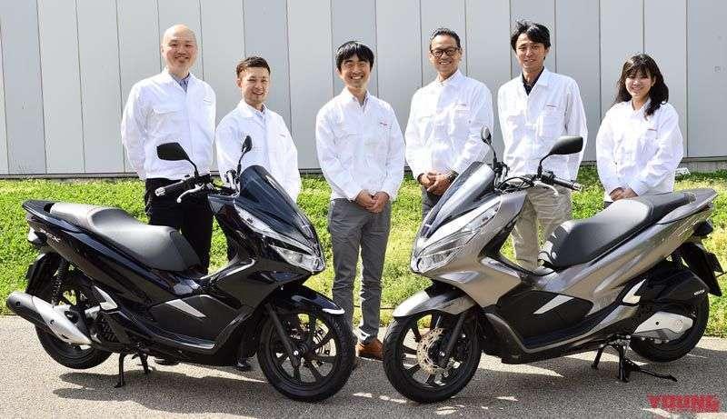 Seluruh staff utama yang membantu mengembangkan PCX terbaru. Ketiga dari kiri adalah penanggungjawab pengembangan, Mr. Junpei Omori. Beliau juga turut terlibat di dalam pengerjaan model sebelumnya. Berawal dari seorang test-rider, beliau kini senantiasa mengejar pengalaman berkendara yang menyenangkan.