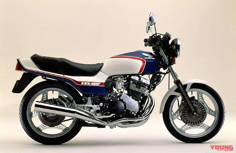 [Honda CBX400F dirilis pada bulan Juli 1982] Warna blue x white (foto) juga dihadirkan sehingga ada tiga pilihan warna yang tersedia. Velgnya silver.