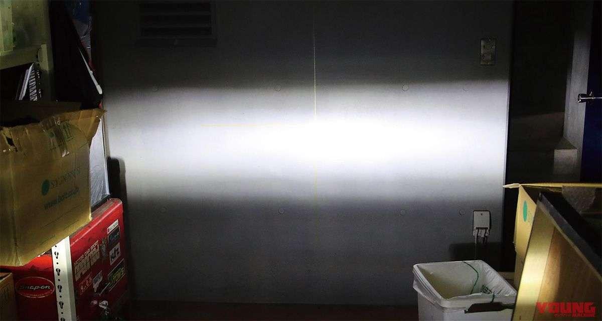 [LED - Low Beam] Jarak ke dinding adalah 3 m. Dibandingkan dengan cahaya lampu halogen di bawah ini, cahaya yang dihasilkan lampu LED memiliki garis cahaya yang lebih terang. Selain itu, cahayanya terlihat lebih dekat dan memiliki jangkauan lebih luas.