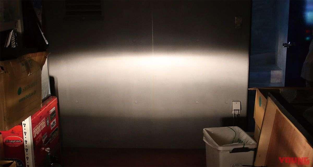 [Halogen - Low Beam] Mika, reflektor, dan sudut pencahayaan yang diaplikasikan adalah sama, bedanya hanya pada pemakaian halogen dan LED. Namun, distribusi pencahayaan halogen lebih menyebar.