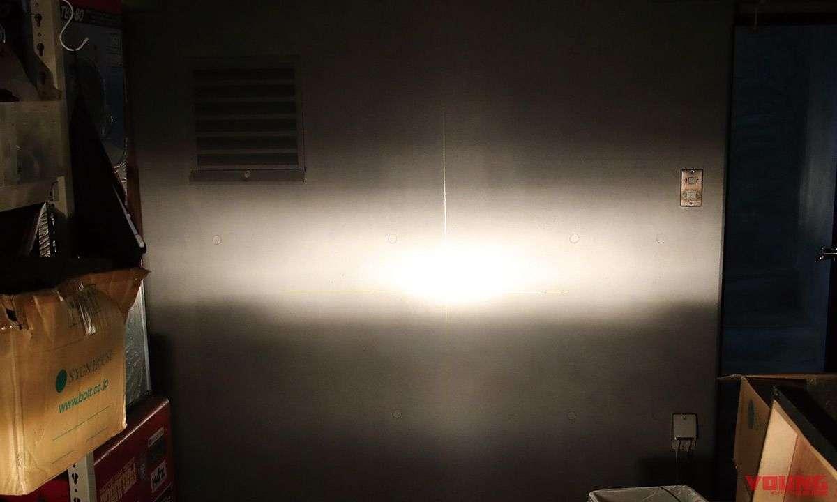 [Halogen - High Beam] Intensitas cahaya pada jarak jauh tidak sebagus yang dihasilkan LED. Cahaya yang dihasilkan halogen terlihat menyebar.