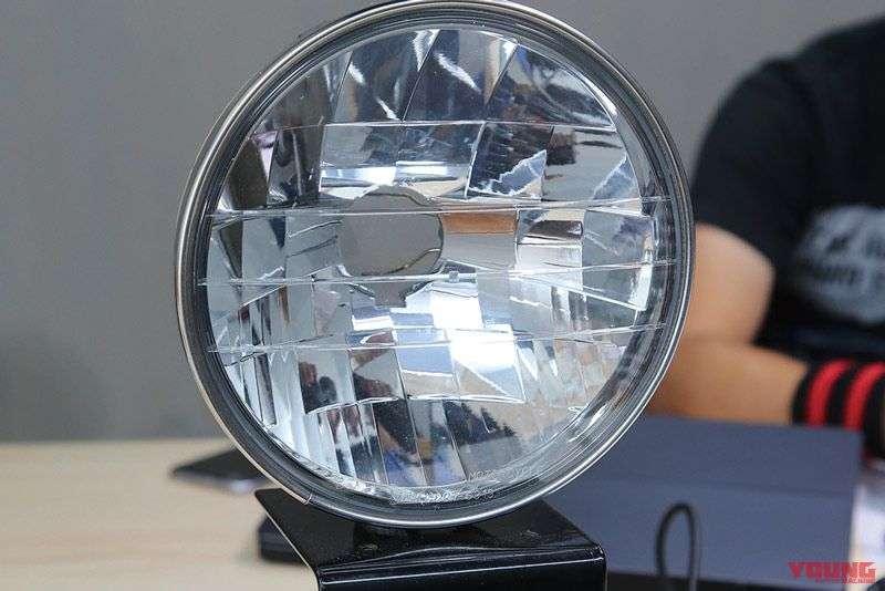 Selain bohlam, kekuatan dan distribusi pencahayaan juga sangat dipengaruhi oleh karakteristik bagian lainnya, seperti mika dan reflektor.