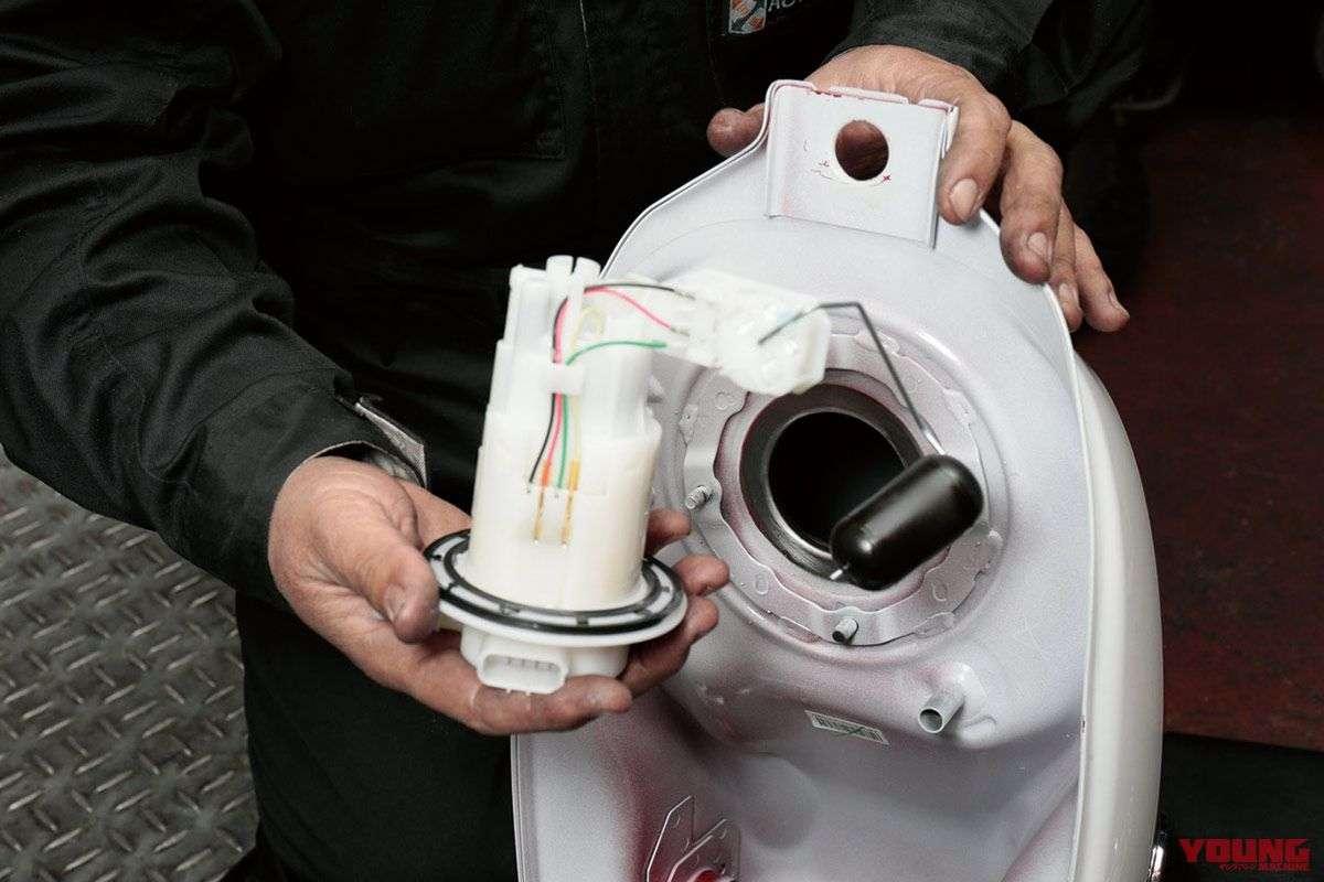 Fuel pump-nya menempel di bagian tangki. Anda harus melepasnya karena akan mengganggu proses pengecatan, namun Anda harus hati-hati jangan sampai merusak sensornya.