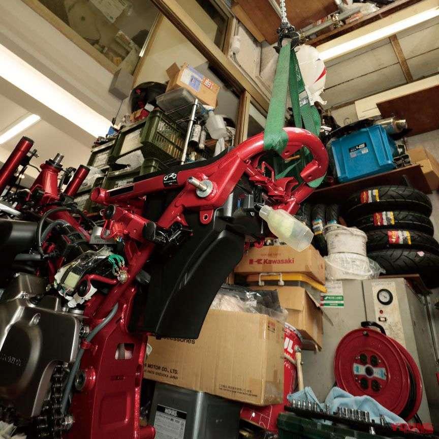 Alat khusus digunakan untuk menggantung motornya