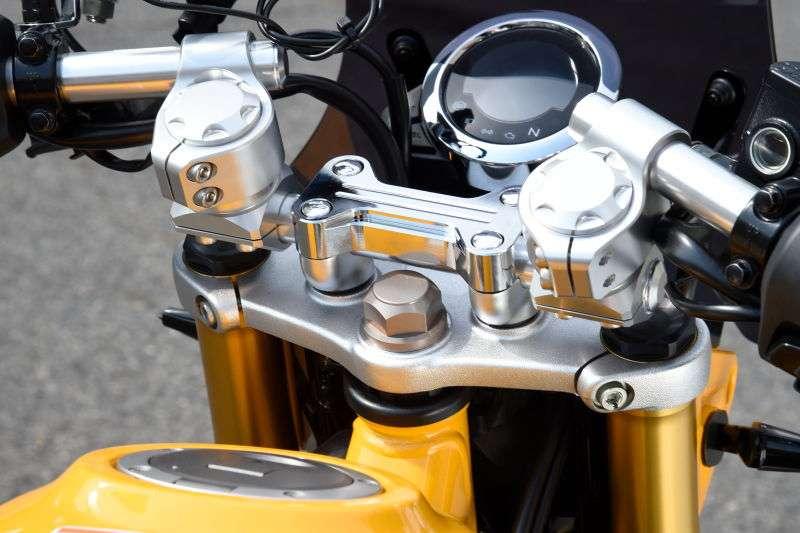 Pada Clip-on Handlebar Inspiration Kit, dipasang klem di bagian pipa stang agar jarak kedua fork depan terlihat lebih lebar.