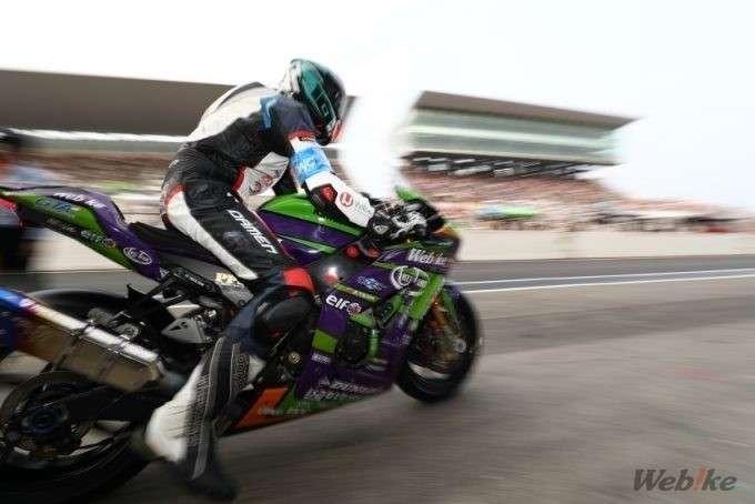 pembalap melaju dari pit stop eva rt webike tati team trick star