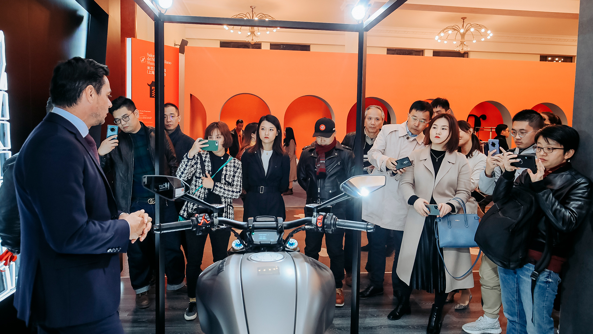 Pengunjung Ducati Diavel di Salone del Mobile.Milano Shanghai 2019
